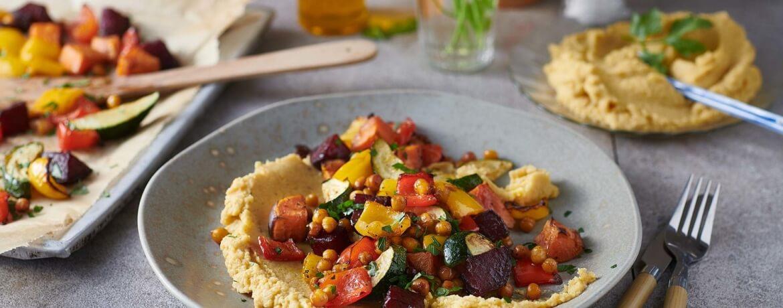 Ofengemüse-Salat mit Hummus