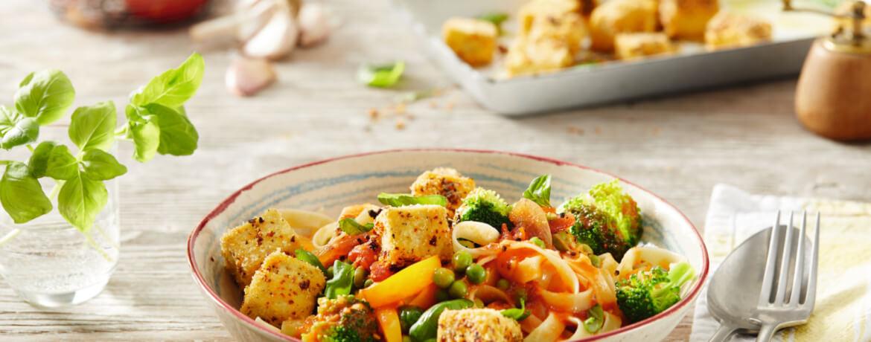 Gebackener Tofu auf Nudeln mit Gemüse