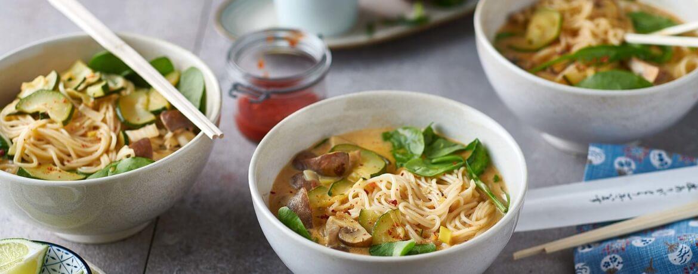 Asiatische Kokos Suppe mit Udon-Nudeln