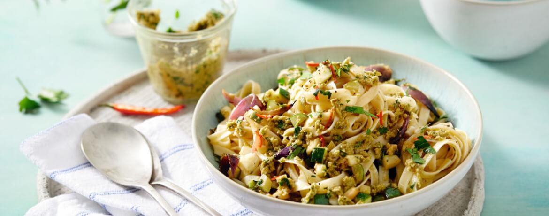 Zucchini-Nudeln mit Olivenpesto