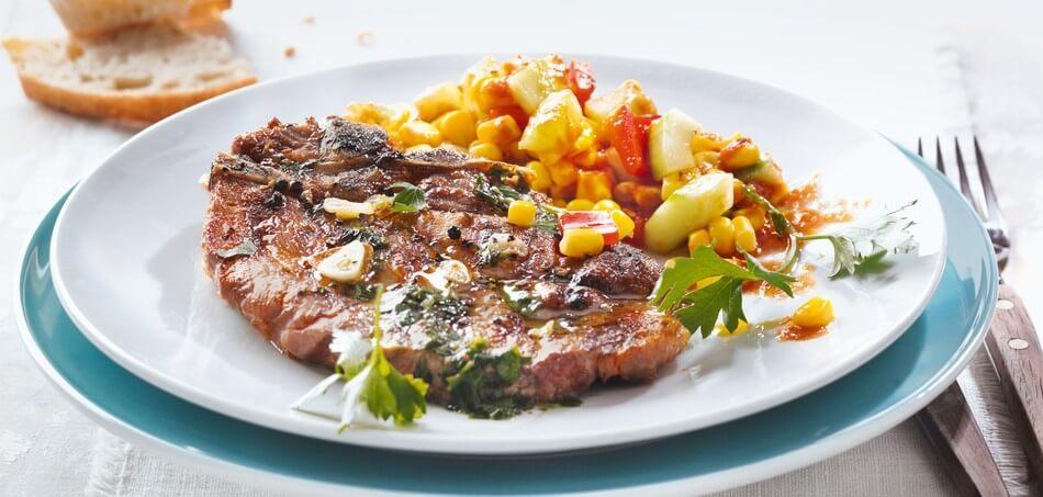 Steaks vom Schweinenacken mit Mais-Salat und Tomaten-Dressing