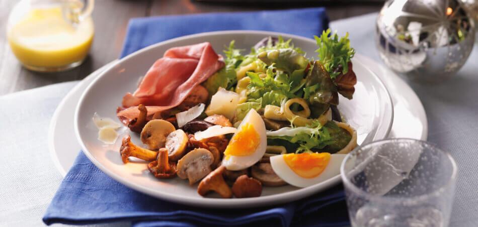 Pilz-Salat an Pfannkuchen-Streifen mit Käse und rohem Schinken
