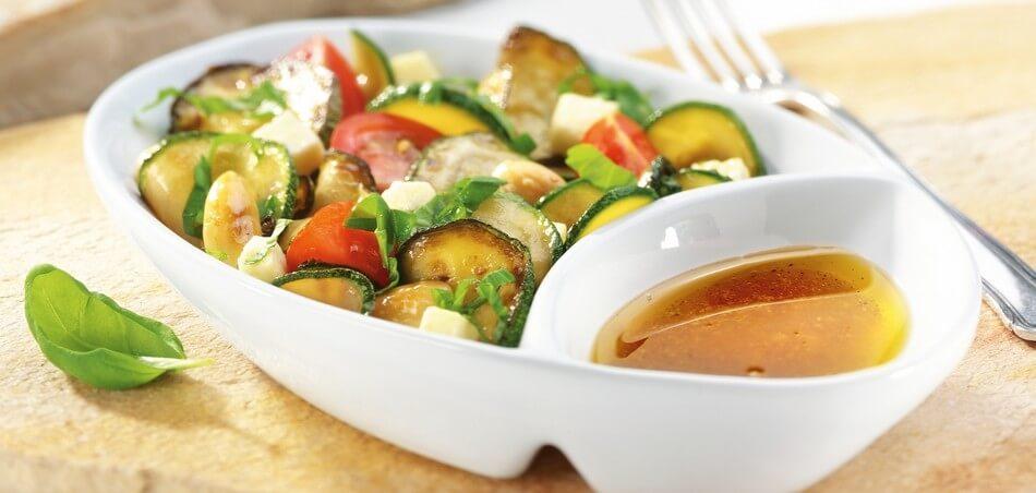 Zucchini-Tomatensalat mit Mozzarella & Mandeln an geröstetem Baguette