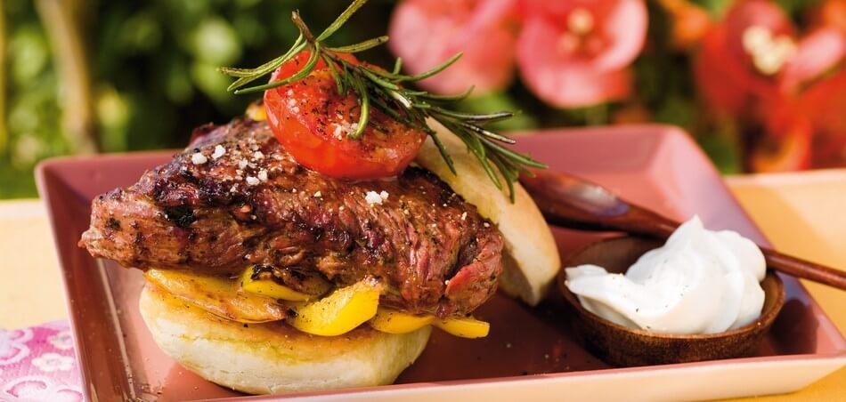 Mediterraner Burger mit Grillgemüse