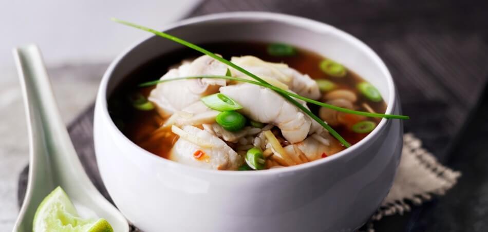 Asiatische Fisch-Suppe mit Reis