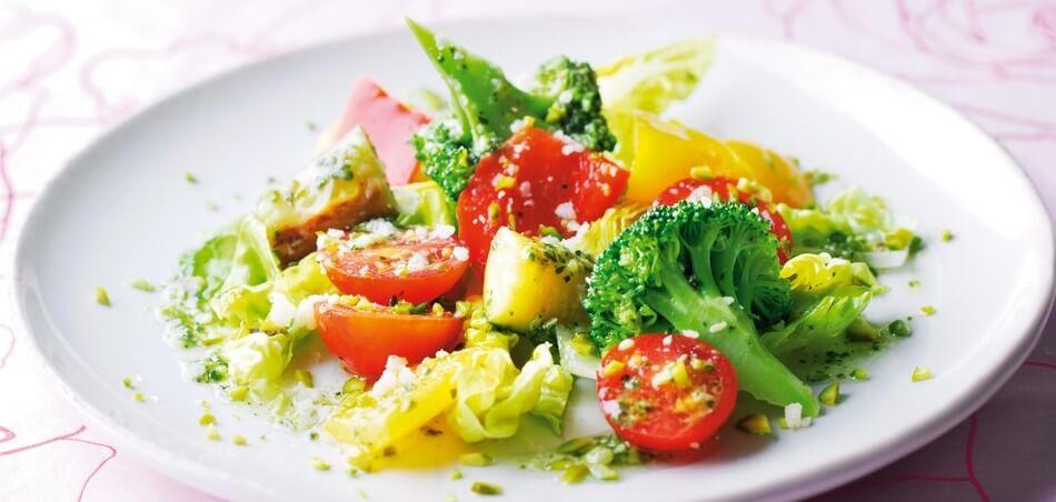 Gemüsesalat mit Pestodressing