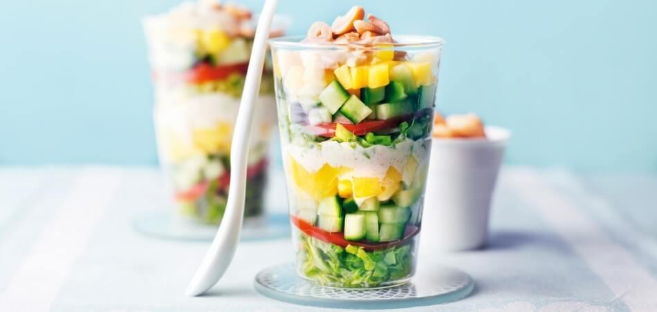 Schichtsalat mit Zwiebel-Curry-Dressing