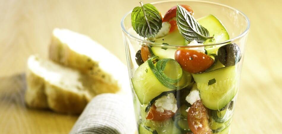 Zucchini-Feta-Salat mit Cherry-Tomaten und knusprigem Baguette