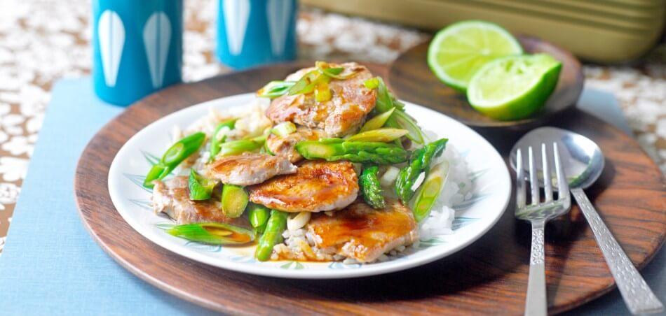 Schweinefilet und grüner Spargel aus dem Wok mit Reis