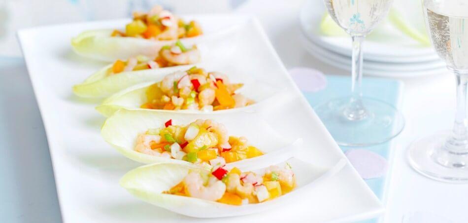 Salat-Schiffchen vom Chicorée mit Ananas-Garnelen-Salat