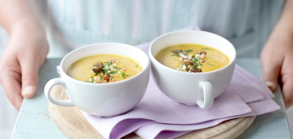 Indische Currysuppe mit Studentenfutter-Topping