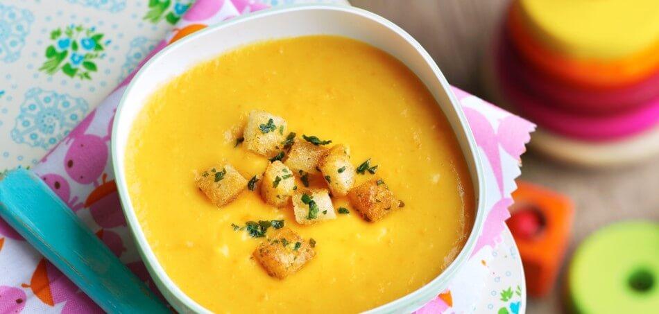 Karotten-Kartoffel-Suppe mit Kräuter-Croûtons