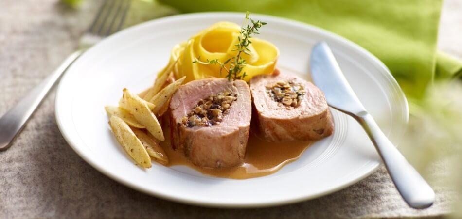 Zartes Schweinefilet mit Champignons gefüllt an gebratenem Spargel