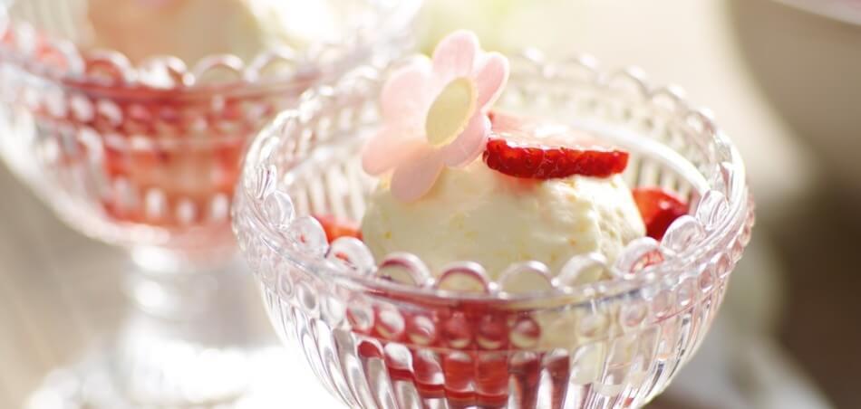 Orangen-Joghurt-Mousse auf Erdbeeren