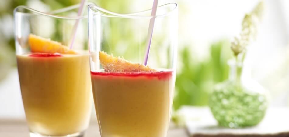 Mango-Kokos-Cocktail mit Kirsche