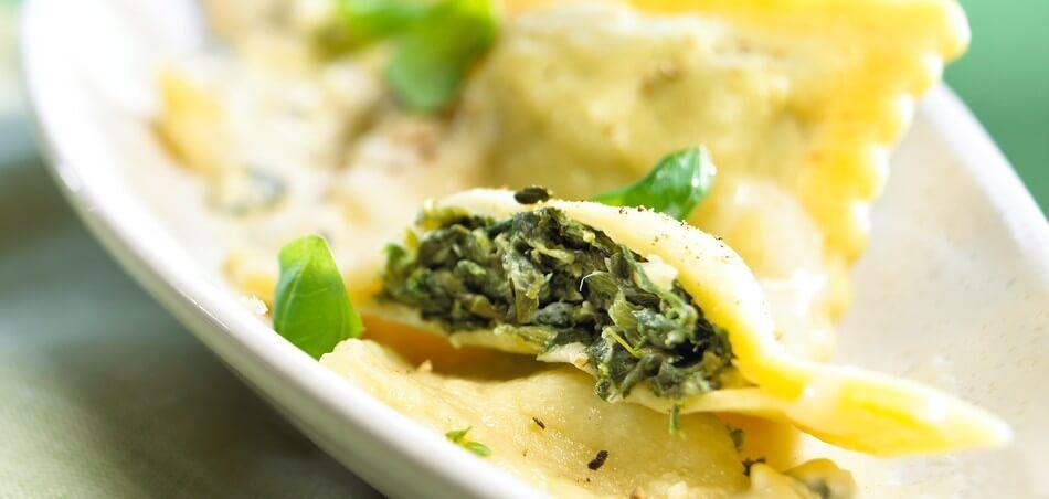 Spinat-Ravioli mit Käsesauce