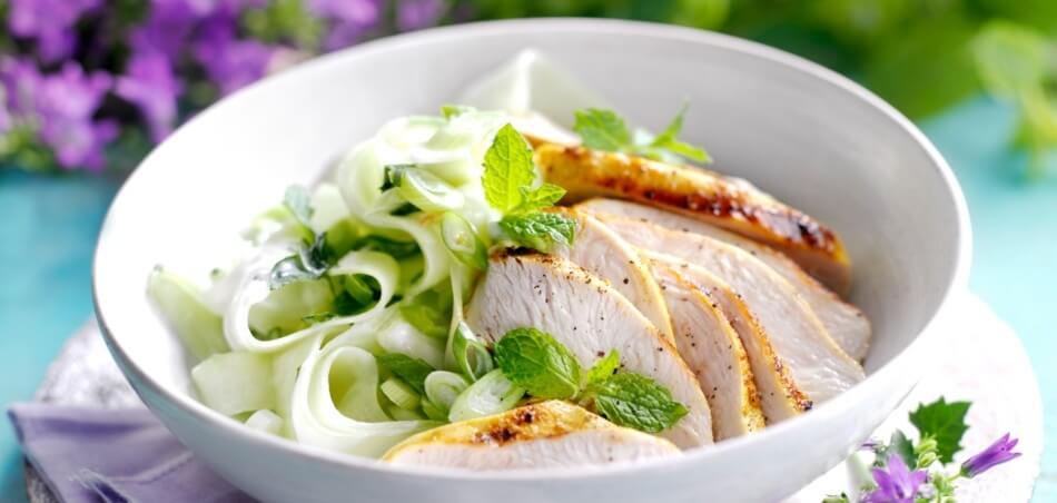 Hähnchenbrust mit Gurken-Minz-Salat