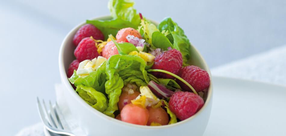 Sommer-Salat mit Himbeeren, Melone und Zitronendressing