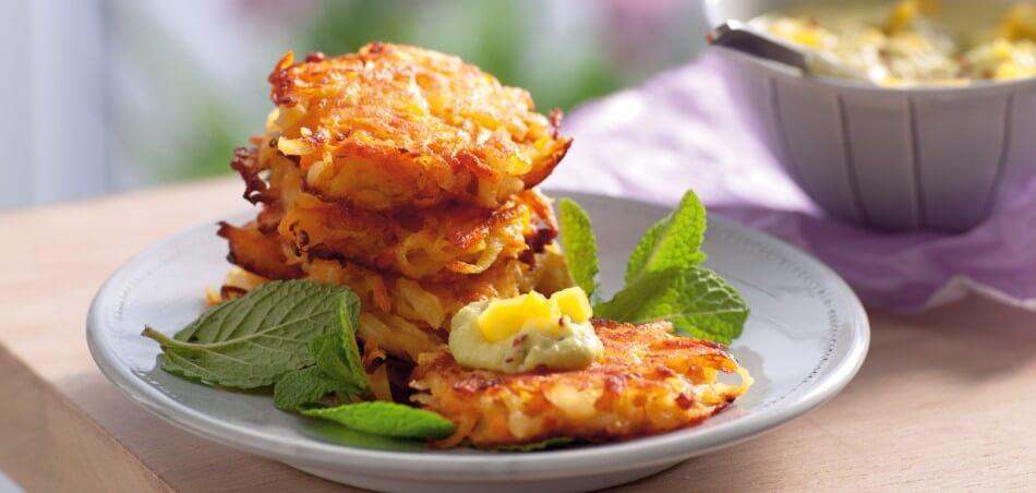 Kartoffel-Puffer mit Karotten an Avocado-Dip mit Mango
