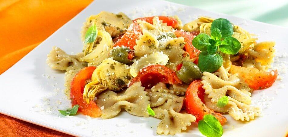 Nudeln mit Artischocken-Tomaten-Gemüse