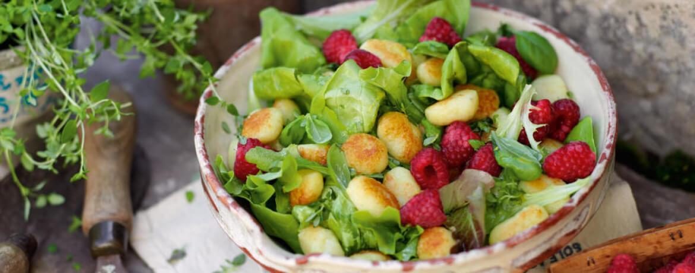 Gemischter Salat mit Gnocchi und Himbeeren