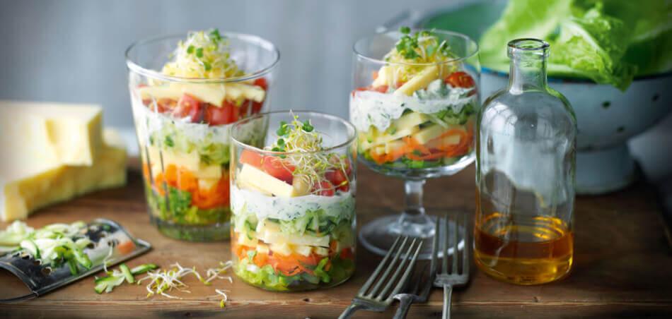 Bunter Schichtsalat mit Joghurtdressing