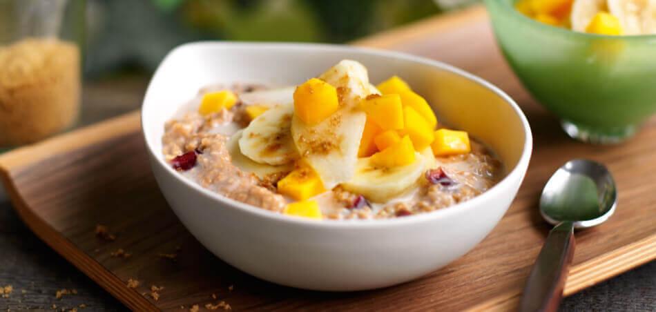 Porridge mit Cranberries und frischen Früchten