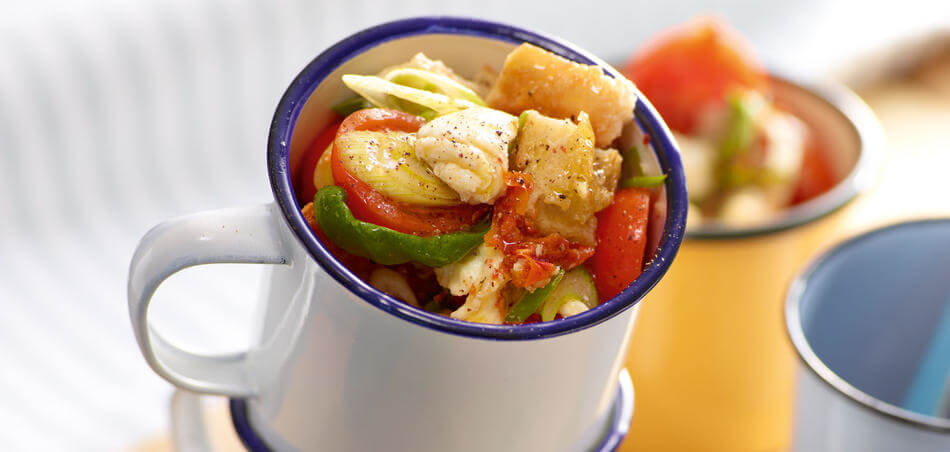 Brot-Salat mit getrockneten Tomaten und Basilikum