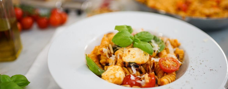 Pasta mit rotem Pesto und Mozzarella