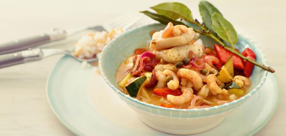 Kabeljau und Garnelen mit mediterranem Gemüse an Reis
