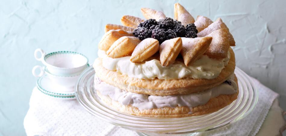 Blätterteig-Brombeer-Torte mit Kokosraspeln