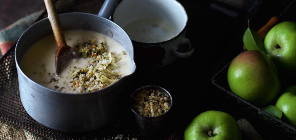 Apfel-Kartoffel-Suppe mit Walnussgremolata