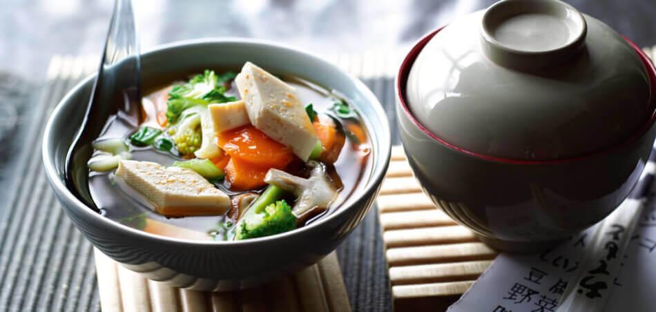 Asiatische Suppe mit Gemüse und Tofu