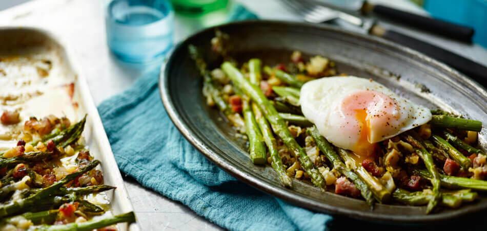 Grüner Spargel aus dem Ofen mit pochiertem Ei