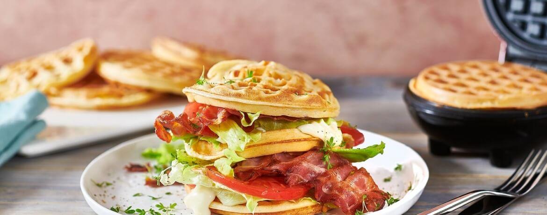 Herzhaftes Waffel-BLT-Sandwich
