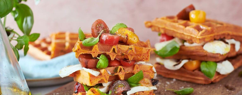 Vegetarisches Waffelsandwich mit Mozzarella und Tomate