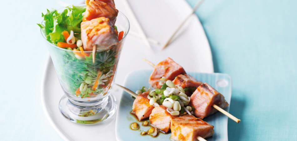 Marinierte Lachsspieße auf Salat