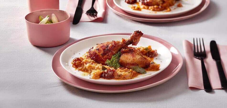Hähnchen-Schenkel an Karotten-Püree zu karamelisierten Zwiebeln