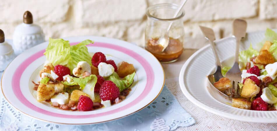 Mozzarella-Salat mit Croûtons und Himbeeren