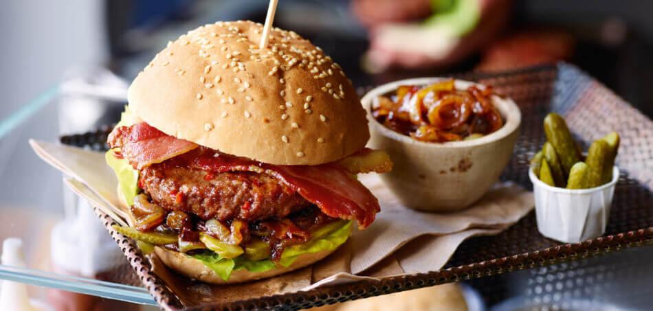 Chili-Burger mit Zwiebel-Marmelade und Speck