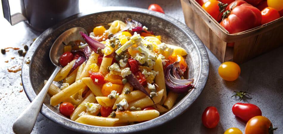 Nudeln mit gerösteten Tomaten und Feta