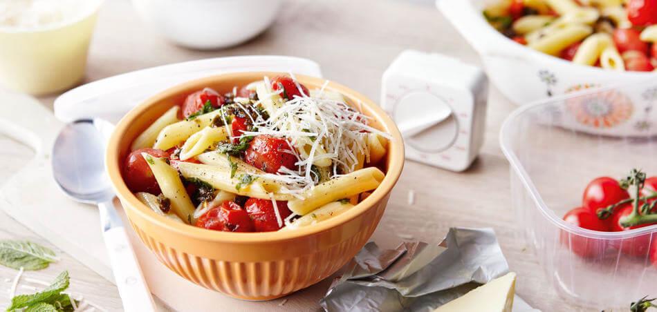 Nudeln mit geschmorten Tomaten, Kapern und Minze