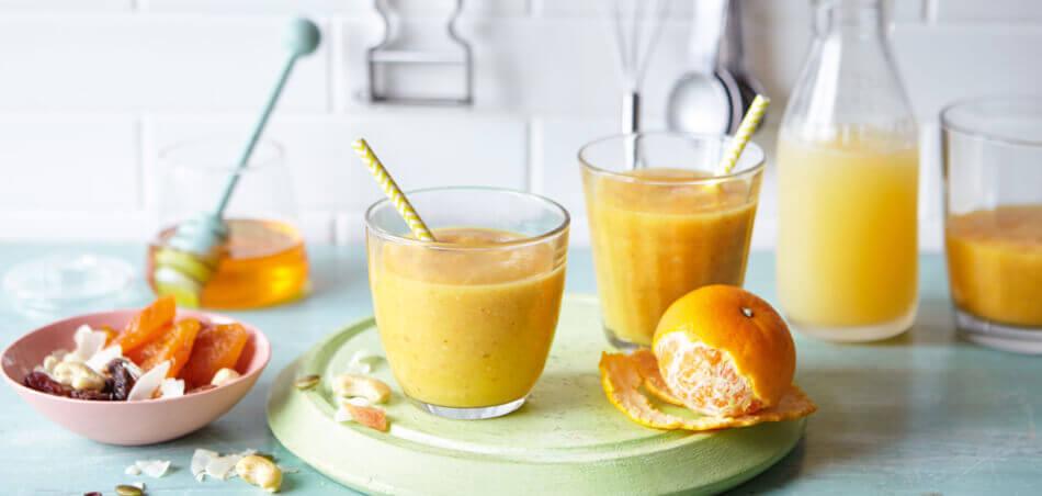 Apfel-Clementinen-Smoothie mit Cashewkernen
