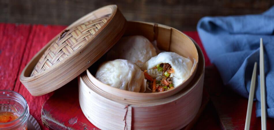 Chinesische gedämpfte Hefeklöße mit Füllung aus Hackfleisch und Gemüse