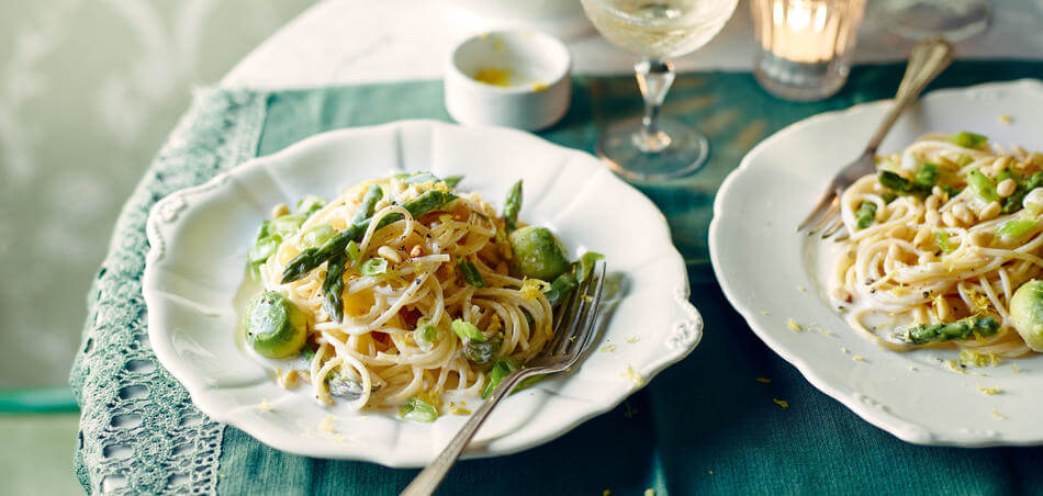 Spaghetti mit Avocado und grünem Spargel in Zitronensoße