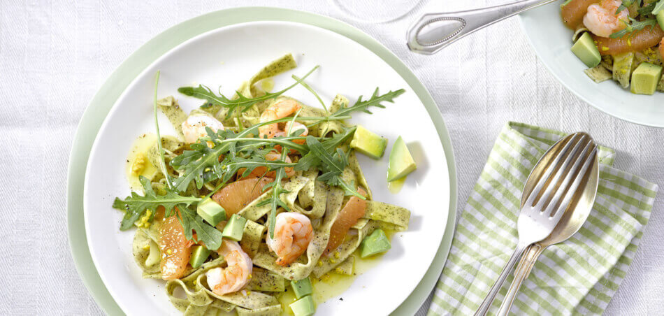 Tagliatelle-Salat mit Avocado und Garnelen