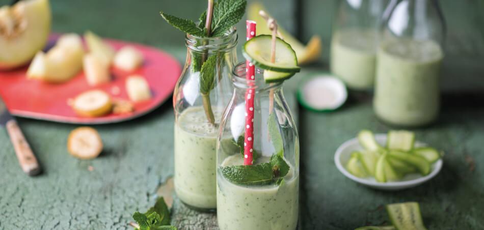 Gurken-Hafer-Drink mit Früchten und Minze