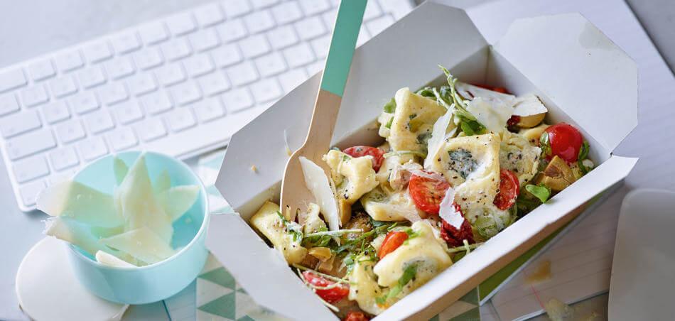 Tortellini-Salat mit getrockneten Tomaten und Parmesan