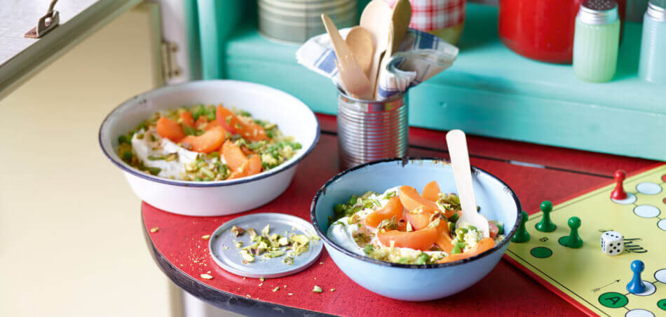 Bulgur-Aprikosen-Salat mit Feta-Minz-Dip