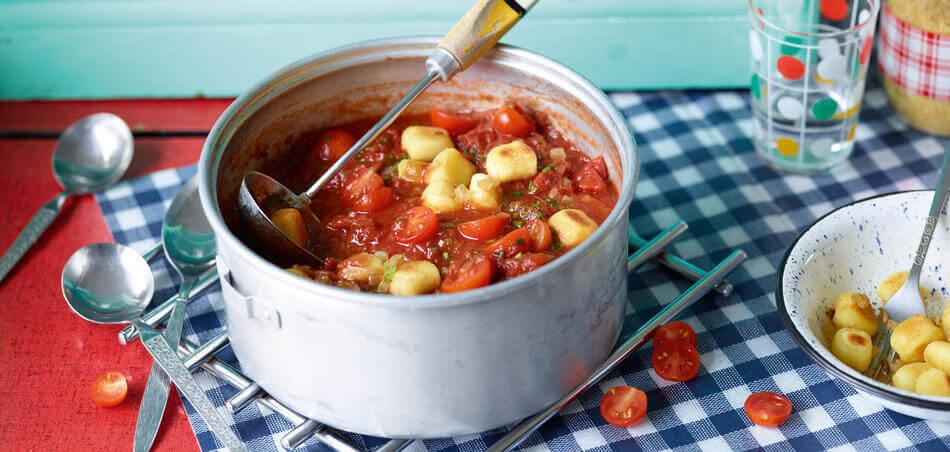 Schnelle Tomatensuppe mit Gnocchi und frischen Kräutern
